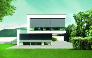 Ein modernes Haus mit großflächigem Sonnenschutz an den Fenstern (Textilscreens).