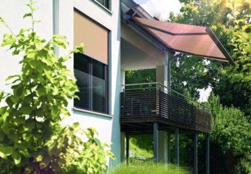 Ein Balkon, der dank einer Markise vor direkter Sonneneinstrahlung geschützt ist (Sonnenschutz).