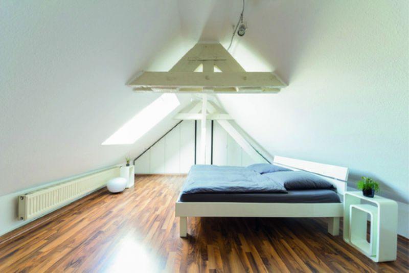 Modernes Dachgeschosszimmer (Steildach)