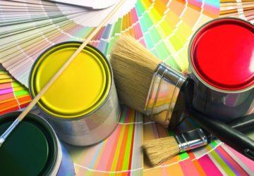 Farbtöpfe, Pinsel und Farbpaletten (biologisch renovieren)