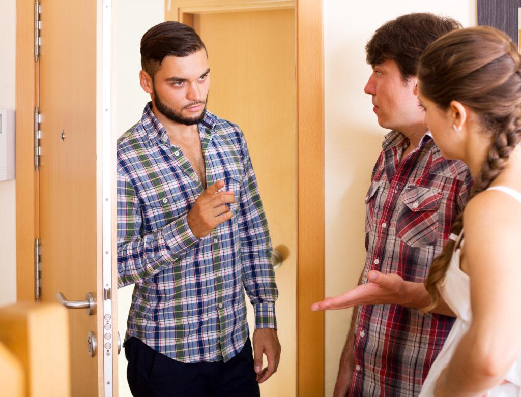 Ein wütender Nachbar beschwert sich über zu laute Nachbarn